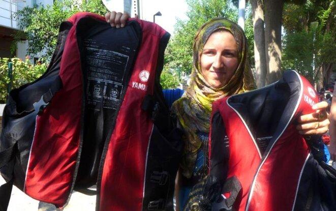La mère de Noor montre deux gilets de sauvetage. La famille a payé 3.000 dollars pour six kilomètres de traversée. © (AD)
