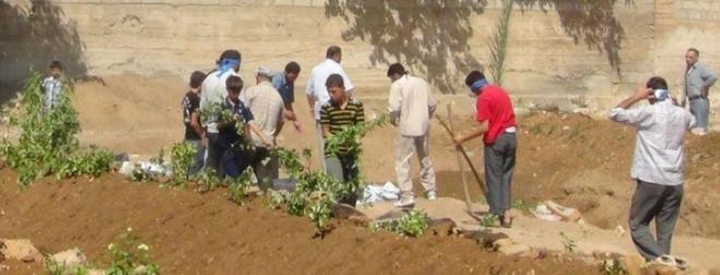 Funérailles dans des fosses communes à Daraya.