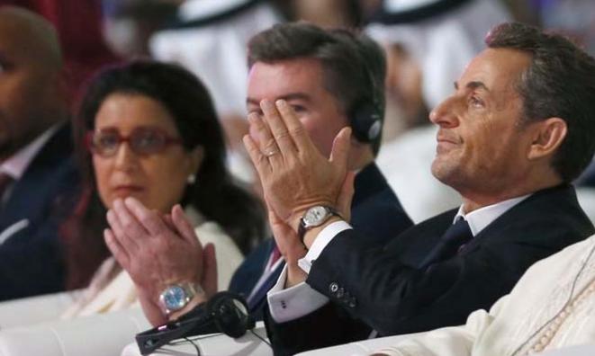 Nicolas Sarkozy, le 11 décembre, à une conférence de Doha, lorsqu'il applaudit le président du Gabon, Ali Bongo. © (Reuters)