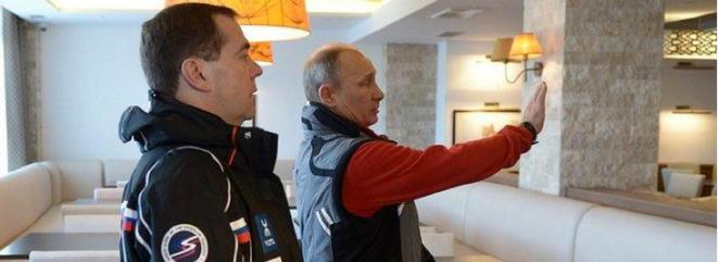 """Poutine et Medvedev inspectant le complexe hôtelier """"Psekhako"""". © (dr)"""