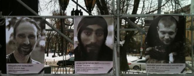 Sur une place de Lviv, photos des victimes de la répression à Kiev.