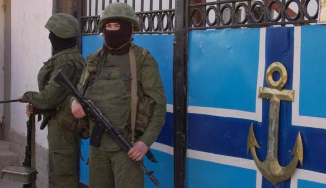 Une caserne ukrainienne bloquée par des soldats sans insigne. © (A.P.)
