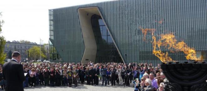 Kaddish, le 19 avril, devant le musée de l'histoire des Juifs à Varsovie.  © (A.P.)