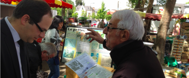 Le candidat Emmanuel Maurel interpellé sur le marché de La Flèche.