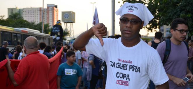 Manifestation du 15 mai à Rio. «Je chie sur la Coupe». © (LO)