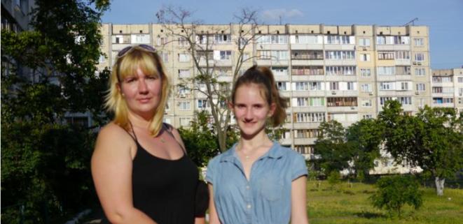 Ioulia, ancienne avocate, et sa fille,dans la banlieue de Kiev. © (AP)