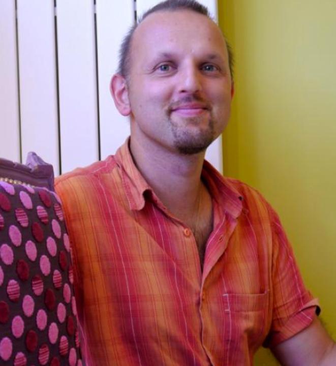 Ludovic Dezaye, tapissier décorateur.
