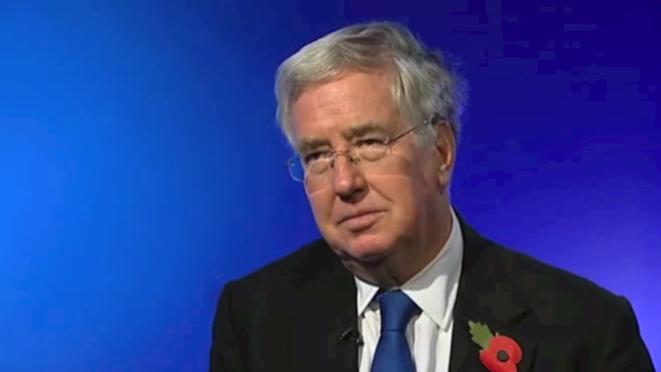 Michael Fallon, ministre de la défense. Vidéos accessibles dans l'article.