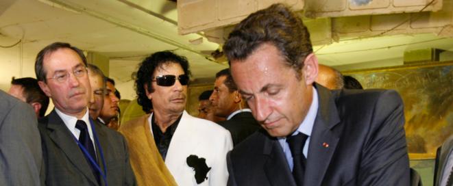 25 juillet 2007. Claude Guéant (à gauche) et Nicolas Sarkozy retrouvent le colonel Kadhafi à Tripoli. © Reuters