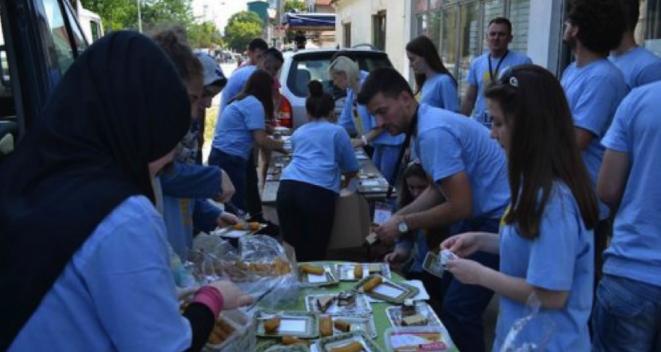 Les volontaires près du centre d'accueil de Preševo.