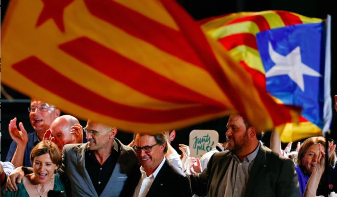 Au centre Artur Mas, le président sortant, et Oriol Junqueras (ERC) à sa gauche, dimanche soir à Barcelone. © Reuters