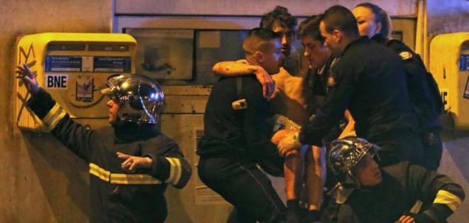 Opérations de secours, vendredi soir, près de la salle de spectacle du Bataclan. © Reuters