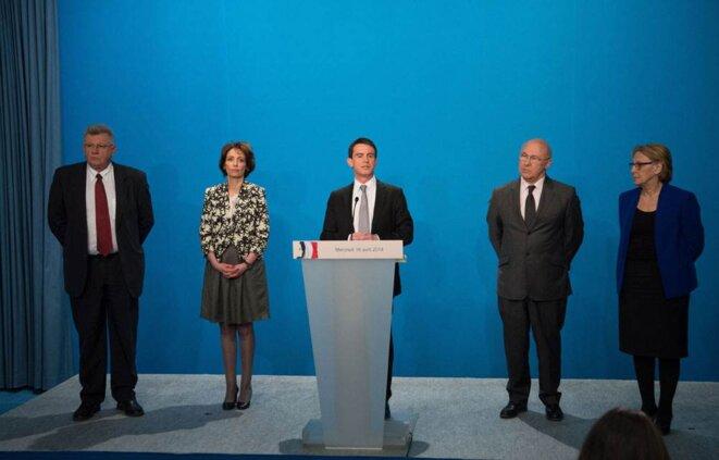 Manuel Valls, à l'issue du conseil des ministres de mercredi, entouré des ministres concernés par son plan.