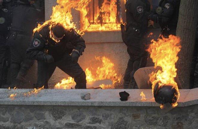 Les forces anti-émeutes ont été attaquées au coktail Molotov par des manifestants, lundi soir à Kiev.