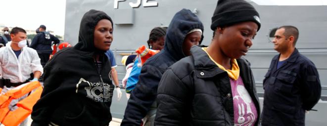 Des réfugiés à leur arrivée à Malte, le 1er juin 2011.  © Reuters