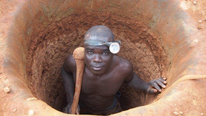 Un «creuseur» qui remonte d'un tunnel, dans la région de Sélingué.