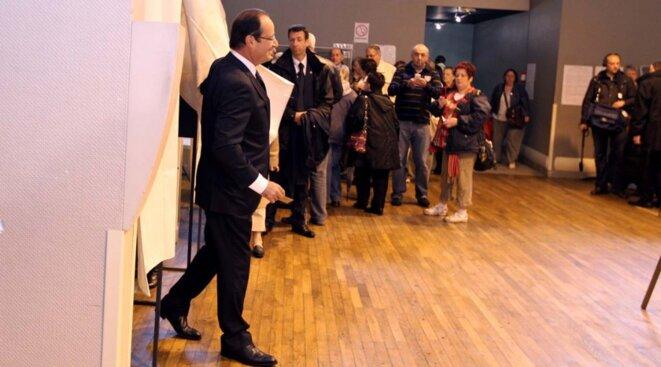 François Hollande votant à Tulle, dimanche.