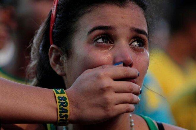 Une supportrice en larmes. Une défaite pire que celle de 1950.