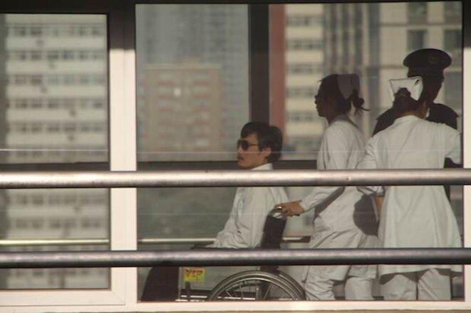 Chen Guangcheng lors de son hospitalisation, le 2 mai. © Jordan Pouille