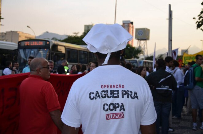 Manifestation du 15 mai à Rio. «Je chie sur la Coupe».