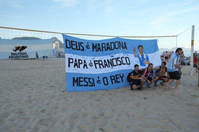 Banderole: « Dieu est Maradona, le Pape est François, le Roi est Messi » © Lamia Oualalou