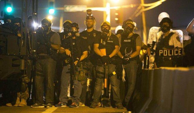Forces de police à Ferguson, lundi.
