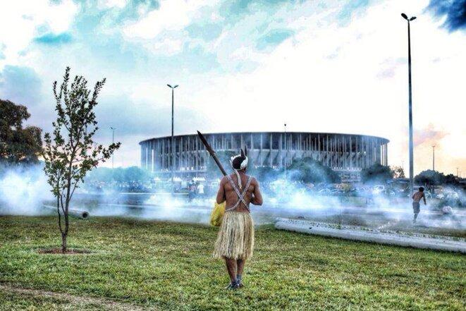 Manifestation des populations indiennes devant les stades, fin mai.