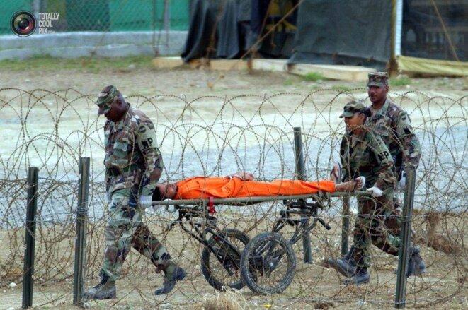 Guantanamo: un prisonnier est ramené d'interrogatoire.