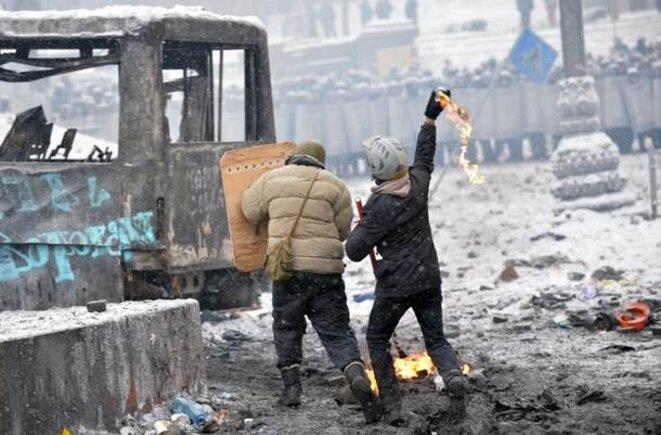 Près de la place de l'Indépendance, des manifestants attaquent au cocktail Molotov les forces spéciales.