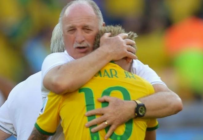 Neymar consolé par l'entraîneur brésilien.
