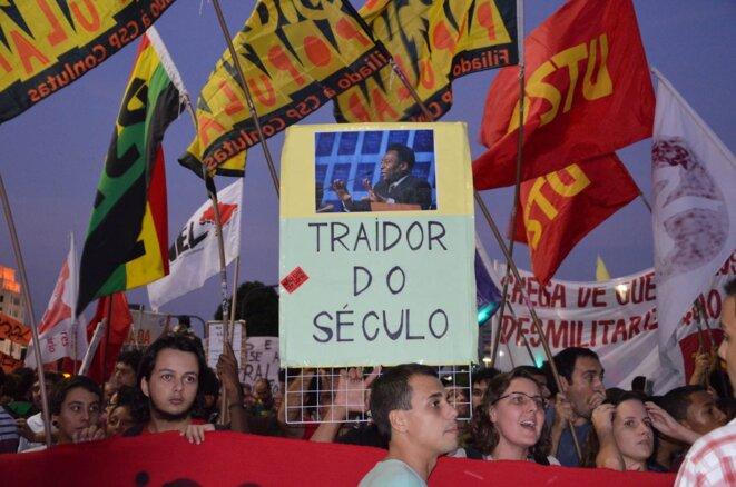 «Pelé, traître du siècle», pancarte brandie lors d'une manifestation le 15 mai.