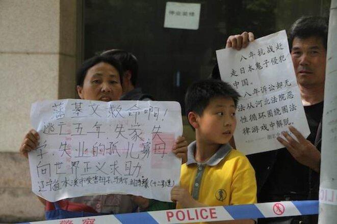 Devant l'hôpital, des gens en profitent pour présenter leurs pétition aux médias présents..