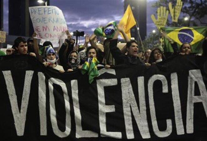 Manifestation mardi soir à Sao Paulo. © Reuters