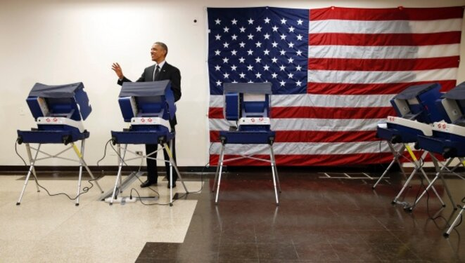 Barack Obama dans un bureau de vote par anticipation. © Reuters