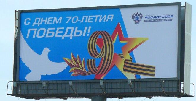 On retrouve sur cette affiche du service des routes de Russie tout les symboles, la colombe de la paix chère à Picasso, les lauriers de la victoire césariens, le ruban de St Georges qui dessine le 9 et une étoile évidée de l'Armée Rouge. Un bel exemple de télescopage de symboliques. © CB