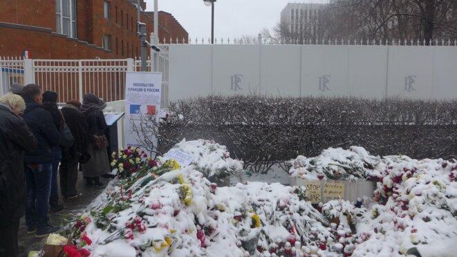Devant l'ambassade de France. Un registre de condoléance © CB