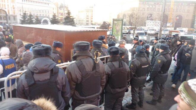 Des cordons de police empêchaient le cortège de manifester sur la Place de la Loubianka. © CB.