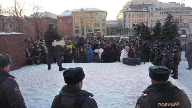 Des appels à la dispertion lancés en permanence ne décourageaient les manifestants.°C. © CB