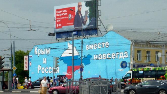 Peinture monumentale visible sur la place Tanganskaia représentant le rattachement/annexion de la Crimée à la Russie. © CB