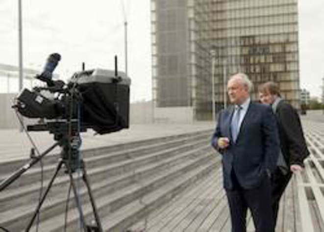 Hubert Védrine devant la caméra et moi derrière. © Jean-Jacques Bouhon