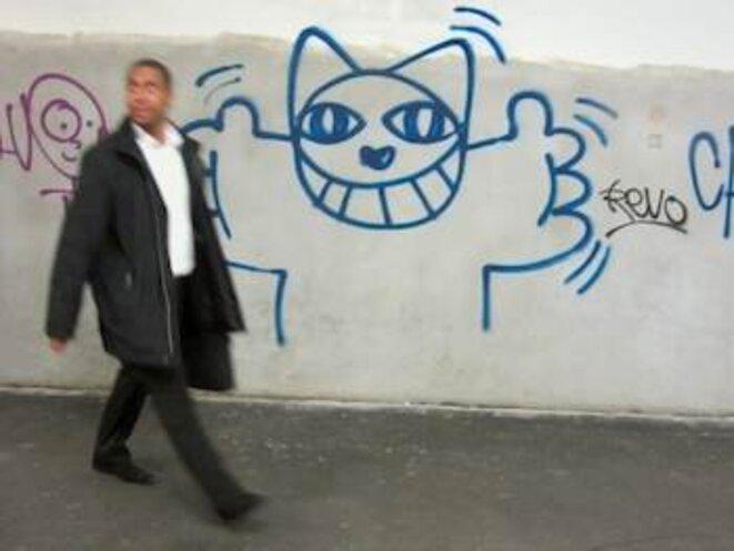 Couloir de la station Châtelet laid, avec un chat beau. © Pol