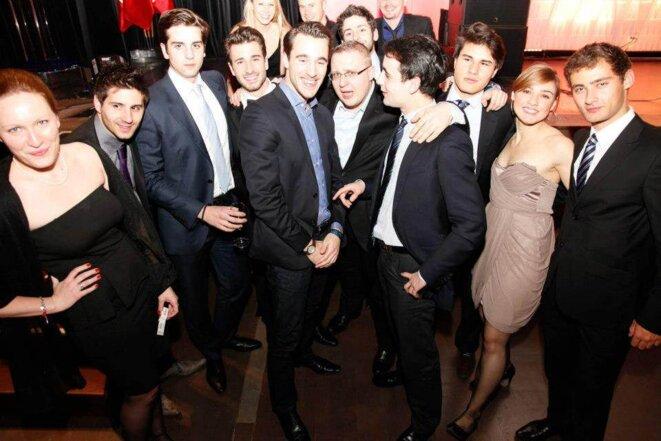 Edouard Klein (costume noir, de profil) et Baptiste Coquelle (avec les lunettes) au centre.