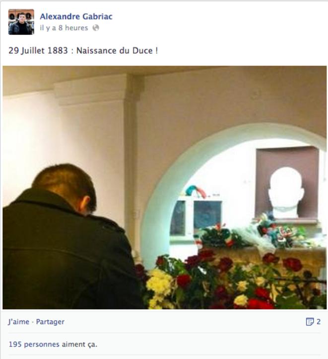 Alexandre Gabriac se recueille pour l'anniversaire de la mort de Mussolini, le 29 juillet 2012. © Facebook / Alexandre Gabriac