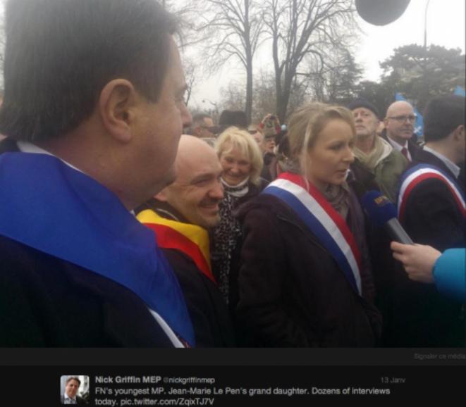 Nick Griffin (à gauche) à côté de Marion Maréchal-Le Pen (à droite), dans le cortège du FN. © Twitter / Nick Griffin