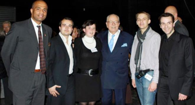 Laura Lussaud posant avec David Rachline, secrétaire national du FN (à sa gauche) et Jean-Marie Le Pen (à sa droite). © Reflexes