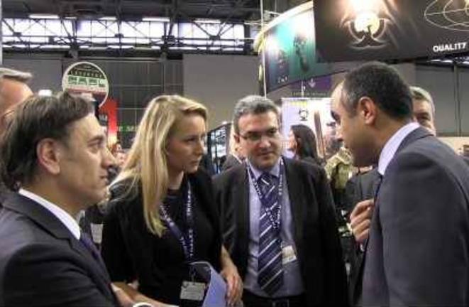 Marion Maréchal-Le Pen et Aymeric Chauprade (lunettes) visitant le salon Milipol le 20 novembre 2013, à Villepinte.