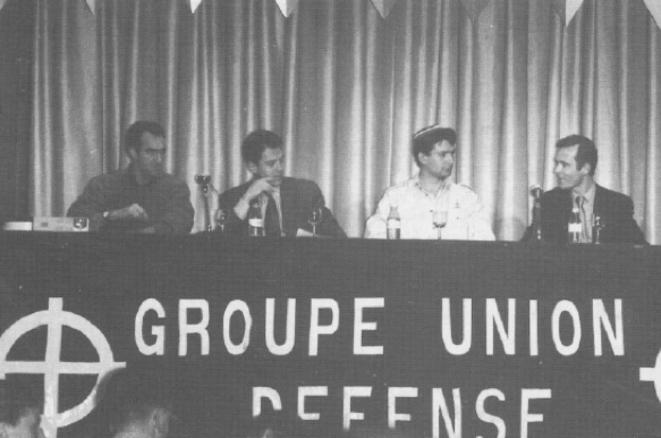 Aux 25 ans du GUD, le nationaliste italien Marcello de Angelis (à gauche) et le repésentant flamand du NSV (2e à droite).