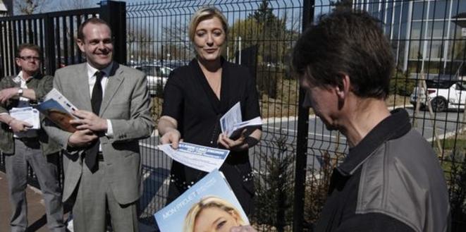 Marine Le Pen et Steeve Briois à l'entrée d'une usine à Douvrin (Pas-de-Calais), le 26 mars 2012. © Reuters
