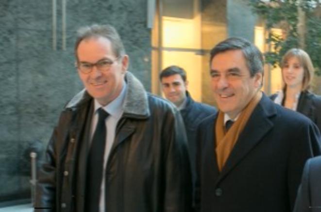Alain Cadec et Eric Chomaudon (à l'arrière-plan) avec François Fillon, en visite à Bruxelles le 21 février 2013.