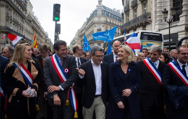 Aymeric Chauprade en tête du défilé du 1er-Mai du FN, en hommage à Jeanne d'Arc, cette année. © Twitter / a_chauprade